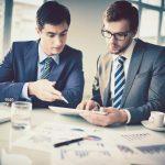 Dois empresários conversando, representando o momento de escolher um sócio para a sua empresa