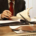 Foto de um advogado, representando a consultoria jurídica para saldar uma dívida