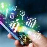 Mão segurando celular com diversas figuras em volta representando aplicativos para controle financeiro