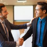 Foto de dois homens se cumprimentando, representando o Customer Success