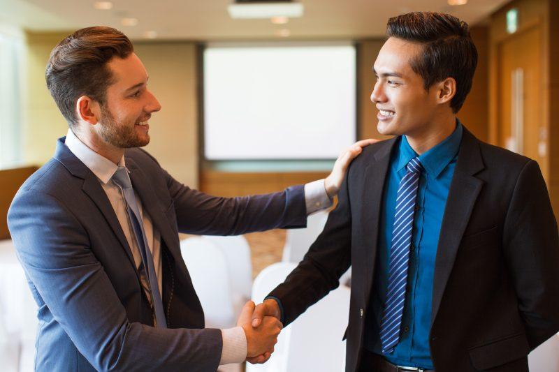 Foto de dois homens se cumprimentando, representando o que é Customer Success