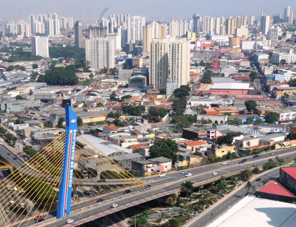 Foto vista de cima da ponte, algumas casas e prédios, representando abrir empresa em Guarulhos