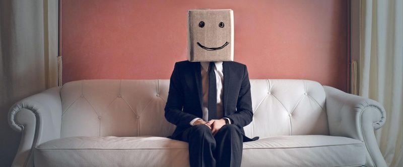 Foto de um dos empreendedores introvertidos com um saco de papel na cabeça. Fonte: YouInc