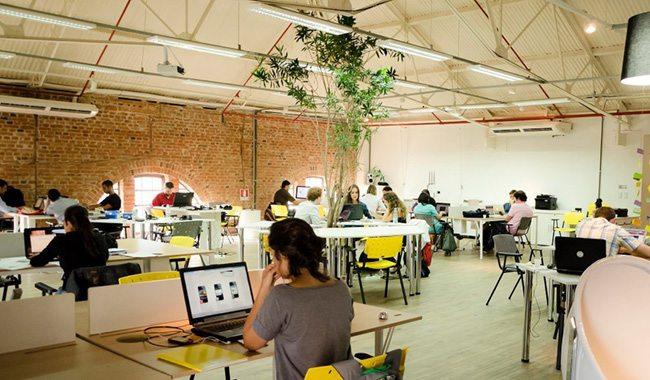 Foto de algumas pessoas em um escritório de coworking trabalhando