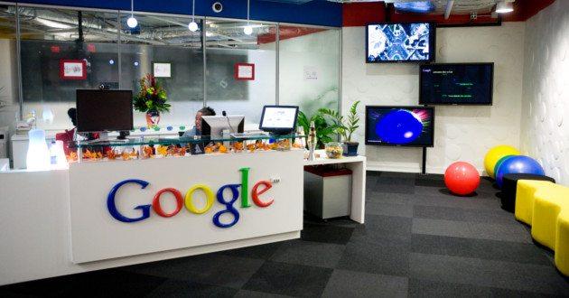 Foto de uma mesa dentro da empresa Google, representando as estratégias de endomarketing utilizadas por ela