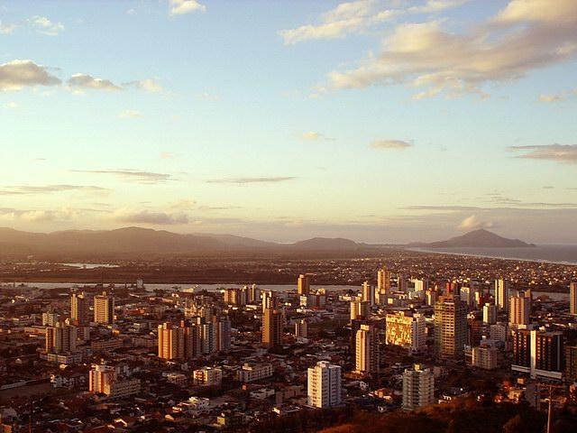 Vista parcial da cidade ao pôr do sol, representando abrir empresa em Itajai
