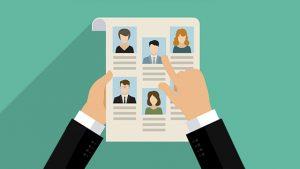 Vetor de uma mão selecionando candidatos em um papel, representando o RH nas empresas