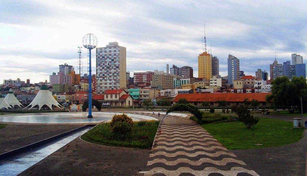 Foto de uma praça da cidade com alguns prédios ao fundo, representando abrir empresa em Ponta Grossa