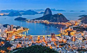 Foto aérea da cidade iluminada durante a noite, representando abrir empresa no Rio de Janeiro