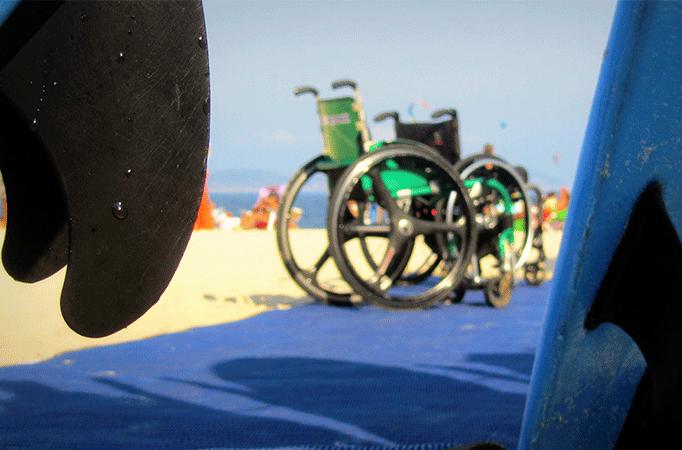 Foto de uma cadeira de rodas na praia da Adaptsurf