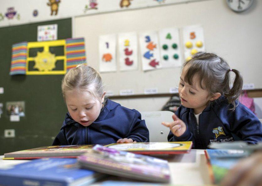 Foto com duas garotas do instituto ASID