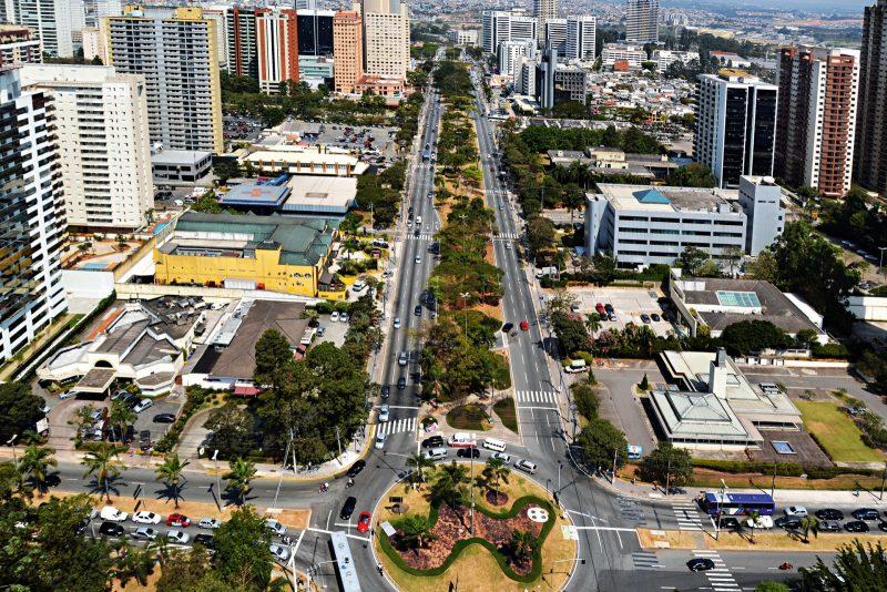 Foto de avenida principal do municipio, representando abrir empresa em Barueri