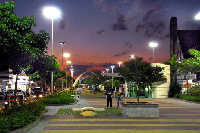 Foto de uma praça em Barueri durante o anoitecer, representando abrir empresa em Barueri
