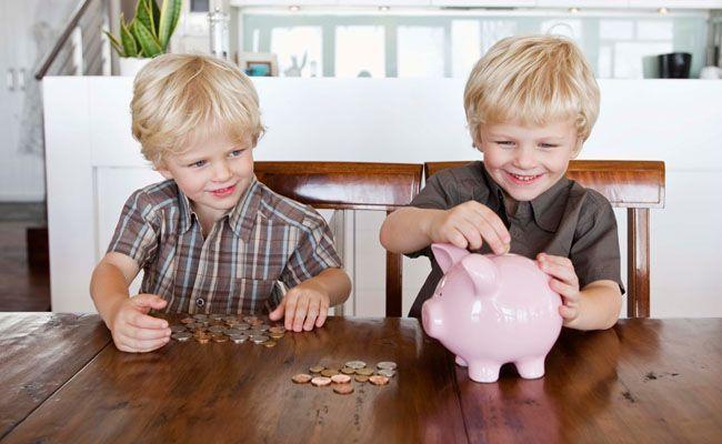Duas crianças poupando dinheiro, representando educação financeira