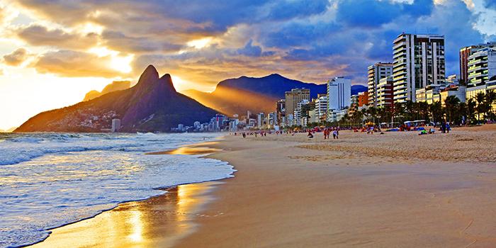 Foto da praia de Ipanema durante o entardecer, representando abrir empresa no Rio de Janeiro