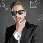 Um jovem empreendedor de óculos, representando os termos em inglês do empreendedorismo
