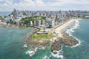 Vista aérea do Farol da Barra, ponto turístico da cidade, representando abrir empresa em Salvador