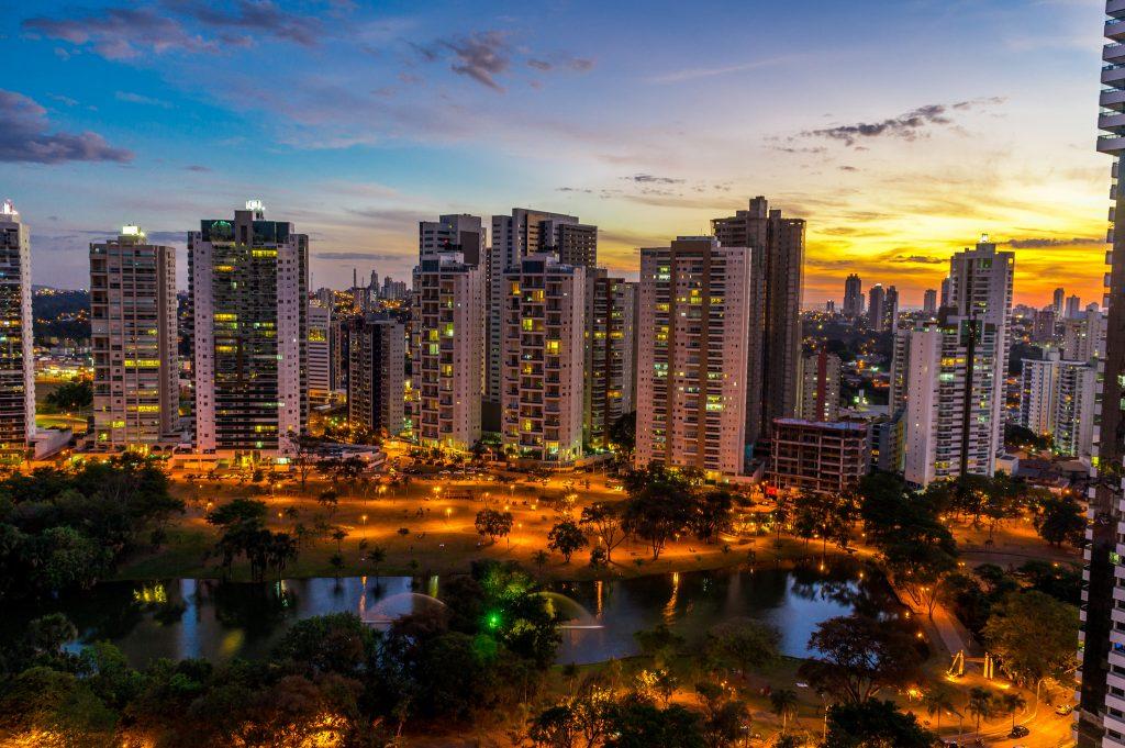 Foto de uma praça com muitos prédios ao fundo, representando abrir empresa em Goiânia