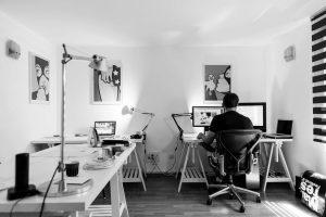 foto e um homem trabalhando como home office