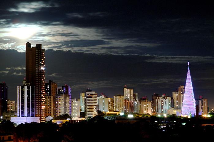 Foto da cidade a noite, com muitos prédios iluminados, representando abrir empresa em Maringá