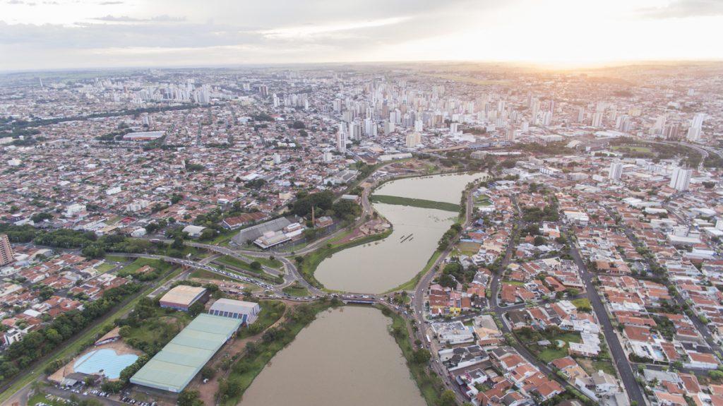 Foto aérea do rio com muitas casas a sua volta, representando abrir empresa em São José do Rio Preto