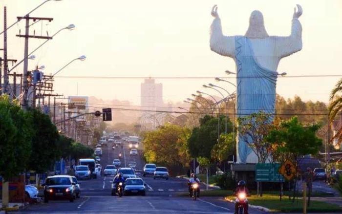 Foto da avenida da cidade com o Cristo, representando abrir empresa em Três Lagoas