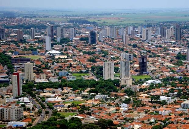 Foto aérea da cidade com alguns prédios, representando abrir empresa em Araçatuba
