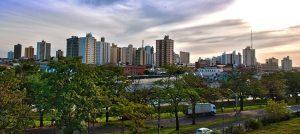 Foto da cidade, com algumas árvores à frente, representando abrir empresa em Catanduva