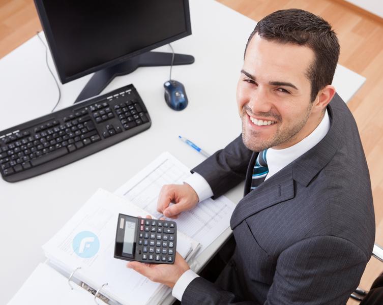 Foto de um contador sentado à mesa, representando escritório de contabilidade em São Paulo