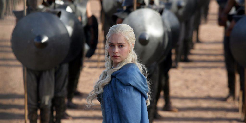 Foto de uma cena da série Game of Thrones com a personagem Daenerys Targaryen