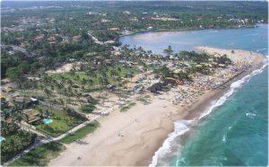Foto da costa com algumas casas, representando abrir empresa em Lauro de Freitas