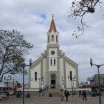 Foto da igreja matriz e praça, representando abrir empresa em São José dos Pinhais