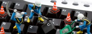 Foto de bonecos escavando um teclado, representando o suporte técnico