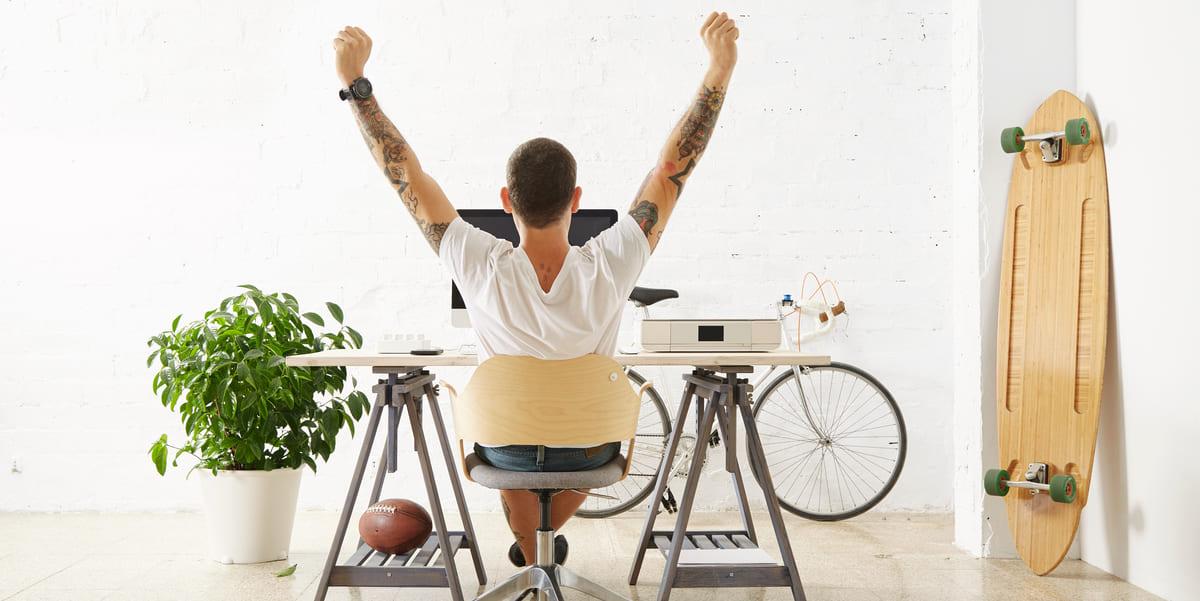 Foto de um rapaz trabalhando, representando os passos para começar como freelancer