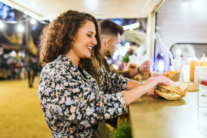 Foto de uma mulher em um Food Truck, representando como abrir um food truck - Abertura Simples