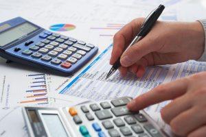 Foto de um contador, representando o home office de contabilidade