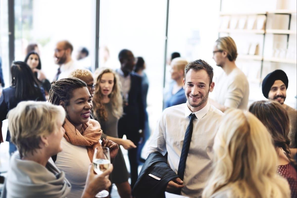 Foto de pessoas em um grupo socializando, representando o networking