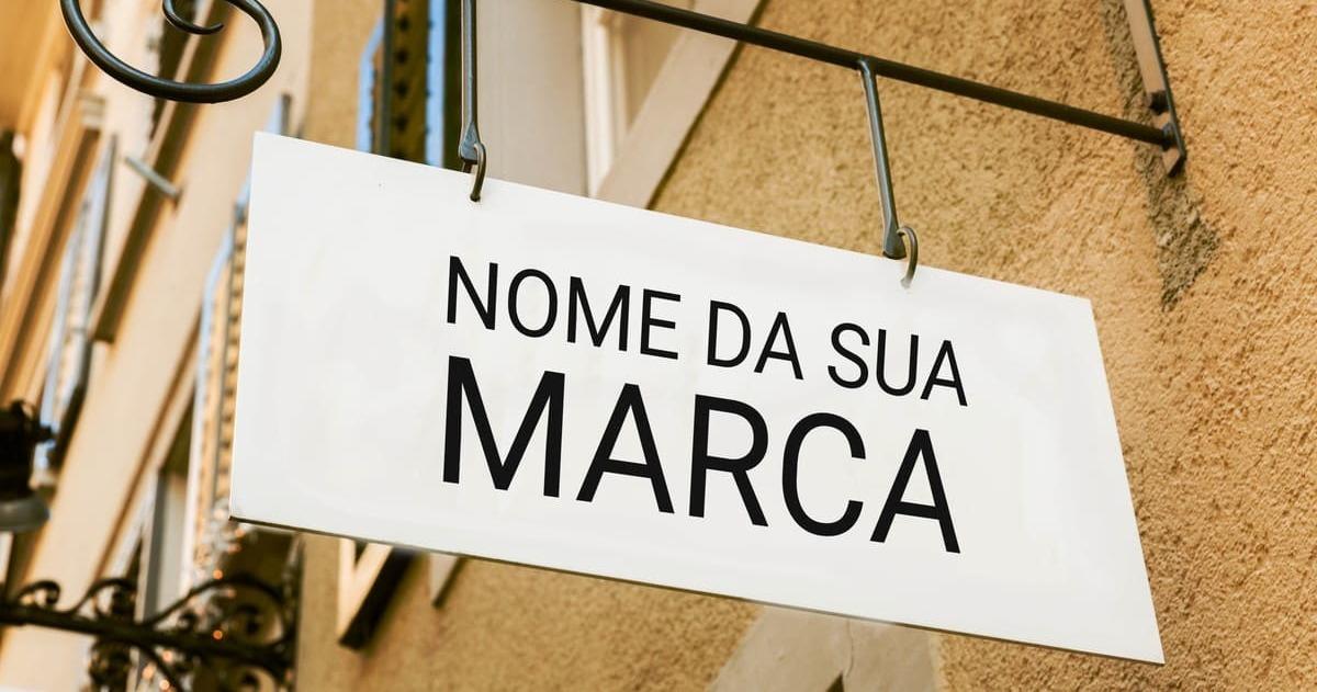 Foto de uma placa de loja, representando o nome da sua marca