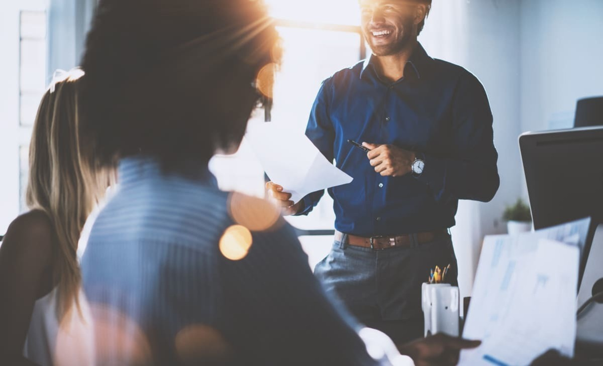 Foto de duas pessoas conversando e sorrindo, representando o empreendedor que deseja sair do emprego