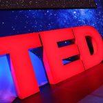 Foto do palco com o logo principal das palestras do TED