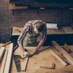 Foto de um homem fazendo marcenaria, representando trabalhar com o que ama