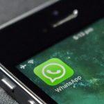 Foto de um celular com o ícone do Whatsapp
