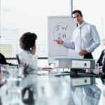 Foto de uma reunião representando a gestão empresarial do método 5w2h