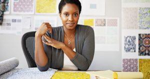 Mulher empreendedora, representando os passos para escolher um negócio