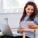Mulher com notebook e caderno, representando 7 benefícios de se tornar MEI - Abertura Simples