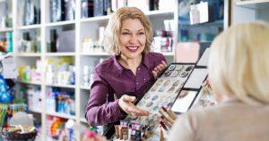 Mulheres em loja de cosmético, representando como abrir uma loja de cosméticos - Abertura Simples