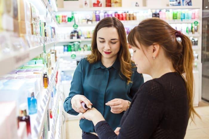 Mulheres em uma horas de cosmético, representando como abrir uma loja de cosméticos - Abertura Simples