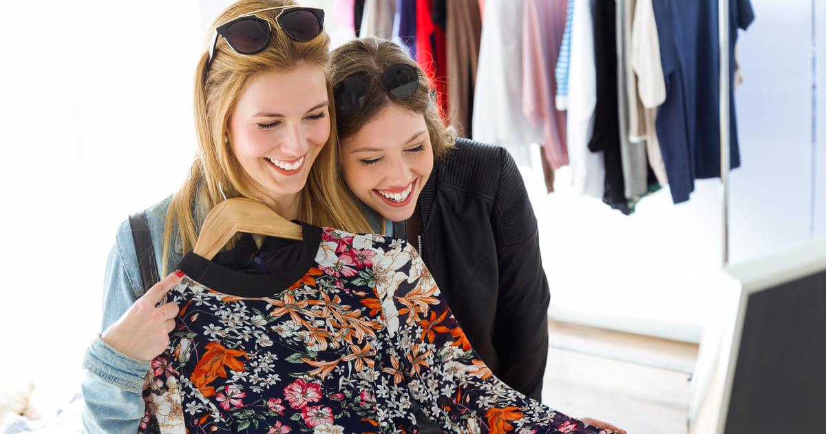 Duas mulheres em uma loja de roupas, representando como abrir uma loja de roupas - Abertura Simples