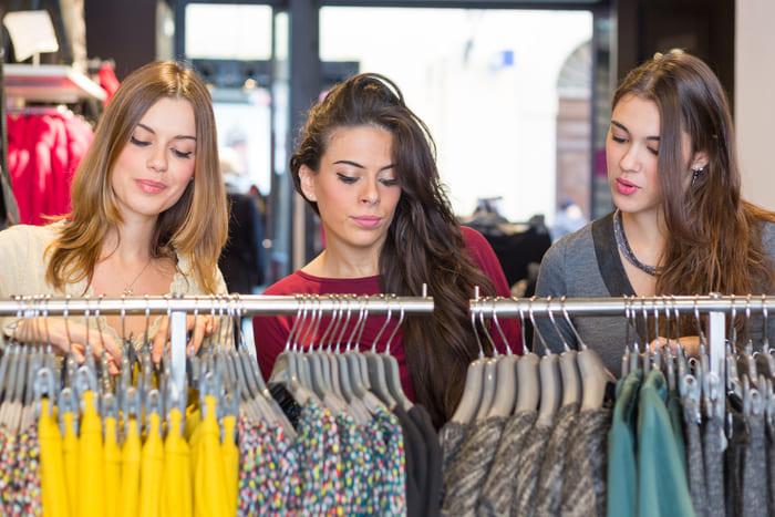 Moças fazendo compras em uma loja de roupas, representando como abrir uma loja de roupas - Abertura Simples