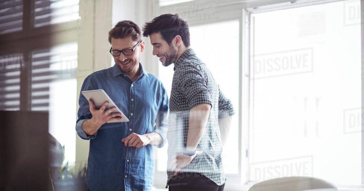 Foto de dois rapazes conversando, representando as vantagens de ser um empreendedor